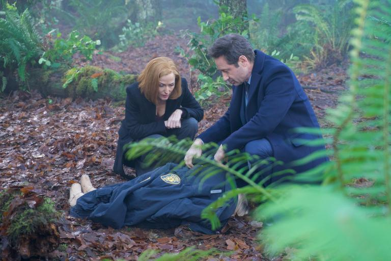 Als in Connecticut ein kleiner Junge angeblich von einem Tier ermordet wird, ahnen Scully (Gillian Anderson, l.) und Mulder (David Duchovny, r.) schnell, dass hier dunkle Mächte am Werk sind ... © 2018 Fox and its related entities. All rights reserved. / Shane Harvey