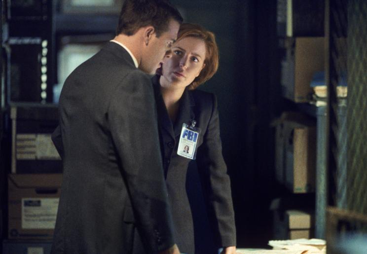 Ritter (Richard Ruccolo, l.); Dana Scully (Gillian Anderson, r.) Foto: © 1998-1999 Twentieth Century Fox Film Corporation. All rights reserved.