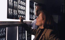 Scully (Gillian Anderson) und Mulder (David Duchovny) ermitteln in einem mysteriösen Mordfall. © 2001 Fox Broadcasting Company