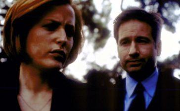 Scully (Gillian Anderson, l.) und Mulder (David Duchovny, r.) suchen nach einem Gefängnisgeistlichen, der einem Mörder zur Flucht verholfen hat. © 2001 Fox Broadcasting Company