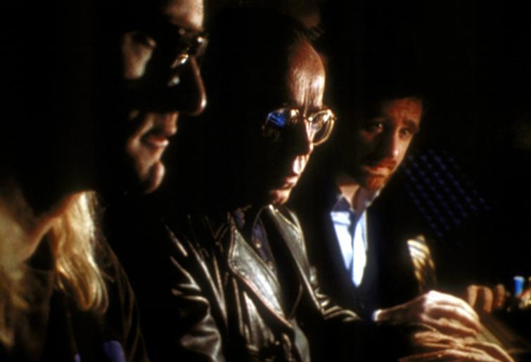 """Langley (Dean Haglund, l.), Frohike (Tom Braidwood, M.) und Byers (Bruce Harwood, r.) vom """"Einsamen Schützen"""" müssen Scully mitteilen, dass auf der Diskette, die sie vom Raucher bekommen hat, nichts enthalten ist. © TM + 2000 Twentieth Century Fox Film Corporation. All Rights Reserved."""