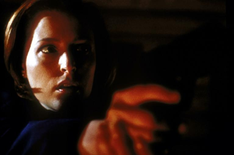 Verzweifelt versucht Scully (Gillian Anderson), sich im letzten Moment vor einem Wahnsinnigen zu retten, der über wahre Hexenkünste verfügt. © TM + 2000 Twentieth Century Fox Film Corporation. All Rights Reserved.