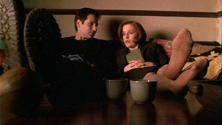 Eine der schönsten Szene: Scully und Mulder auf der Couch.  © TM + 2000 Twentieth Century Fox Film Corporation.