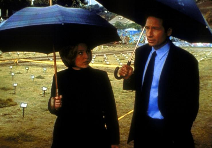 Mulder (David Duchovny, r.) und Scully (Gillian Anderson, l.) untersuchen einen Mord, der sich als Selbstmord entpuppt. © TM + 2000 Twentieth Century Fox Film Corporation. All Rights Reserved.