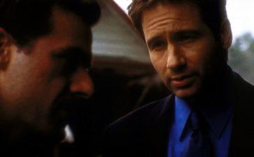 Sheriff Phil Adderly (John Mese, l.) und Mulder (David Duchovny, r.) geraten bei der Suche nach einer verschwundenen Frau immer tiefer in ein Eifersuchtsdrama. © TM + 2000 Twentieth Century Fox Film Corporation. All Rights Reserved.