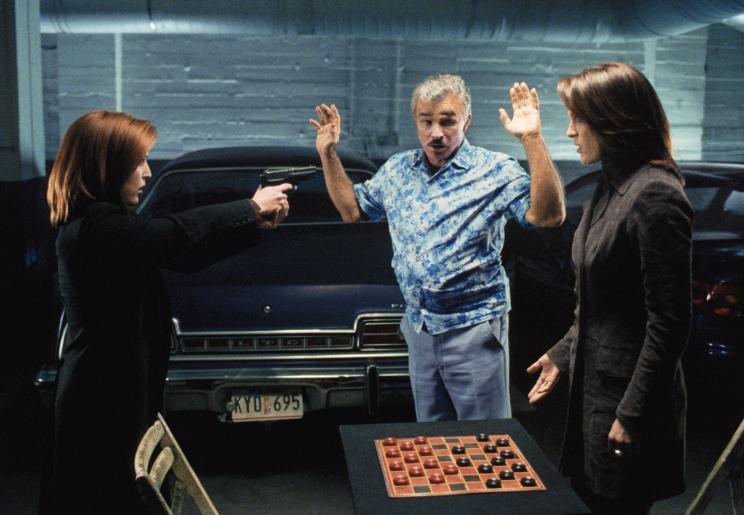 In der Tiefgarage weist Burt (Burt Reynolds, M.) die FBI-Agenten Scully (Gillian Anderson, l.) und Monica (Annabeth Gish, l.) darauf hin, dass sie vielleicht selbst die nächsten Opfer des Serienmörders sein könnten ... © 2002 Twentieth Century Fox Film Corporation. All rights reserved.
