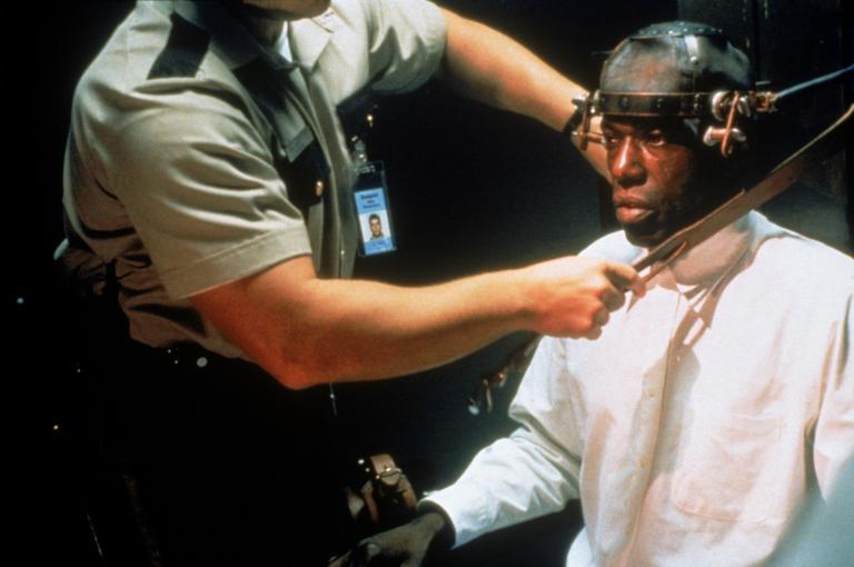 Der zum Tode verurteilte Mörder Speranza (John Toles-Bey, r.) schwört noch auf dem elektrischen Stuhl Rache an allen, die ihn während seiner Haft misshandelt haben ...  © 1995 Twentieth Century Fox Film Corporation. All rights reserved.